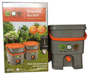 Bokashi kompostiämpäri ja tuotepakkaus.