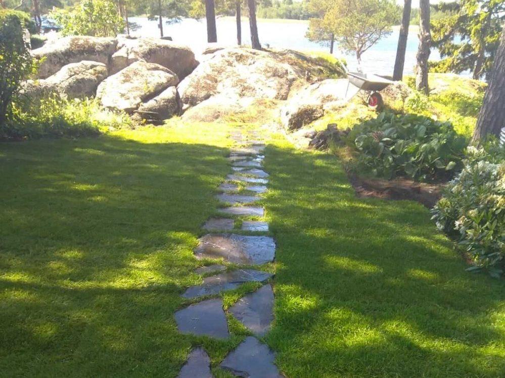 Liuskekivipolku nurmikolla